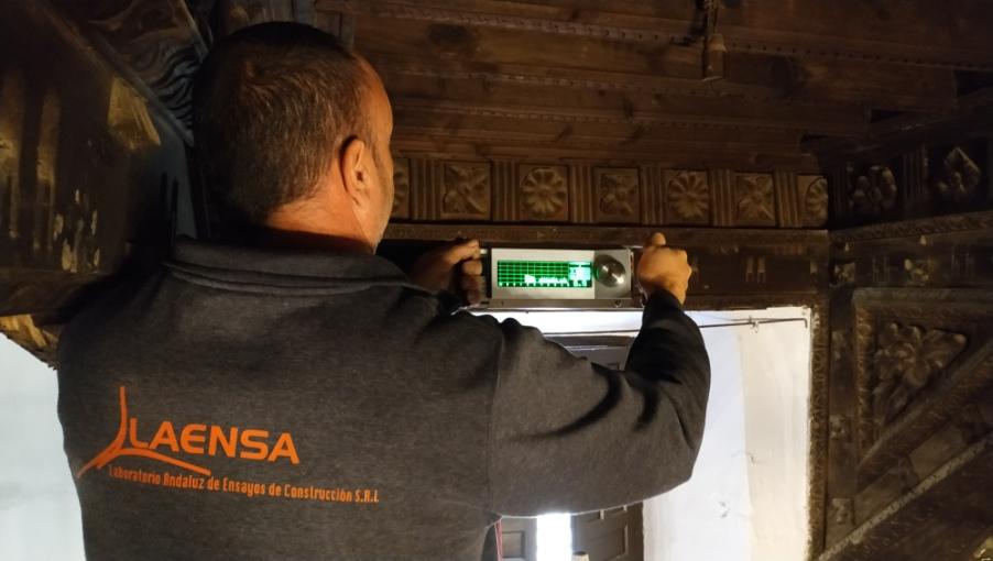Realización de ensayo con resistografo en la viga. Durante el proceso el ensayo el equipo cuenta con una memoria y visor grafico para la consulta in situ de los datos obtenidos.